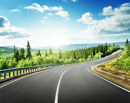 paisaje rural: carretera en las montañas del norte