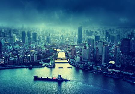 skyline van Shanghai bij zonsondergang, China