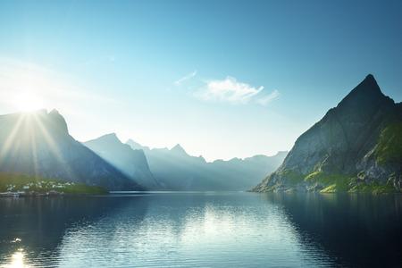 Puesta de sol en las islas de Lofoten, Noruega Foto de archivo - 45928763