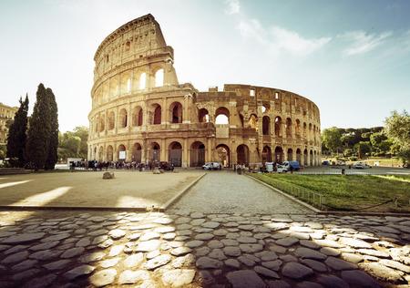 roma antigua: Coliseo de Roma y sol de la mañana, Italia