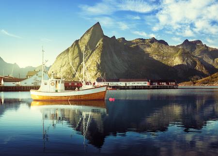 bateau p�che: coucher de soleil - Reine, les �les Lofoten, en Norv�ge
