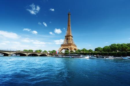아침 시간에 에펠 탑과 파리의 세느 강