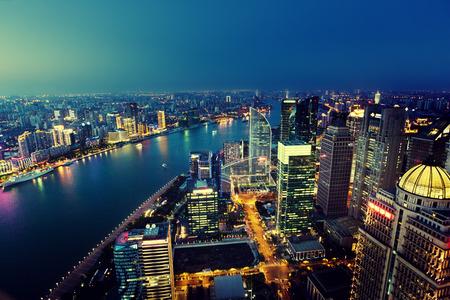 aerial: Shanghai vista de noche, China Foto de archivo