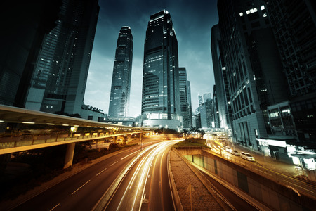 het verkeer in Hong Kong bij zonsondergang tijd