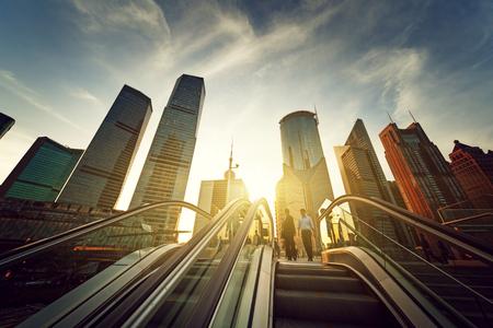 roltrap in Shanghai Lujiazui financieel centrum, China Stockfoto