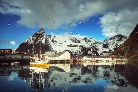 bateau de pêche: printemps coucher de soleil - Reine, les îles Lofoten, en Norvège