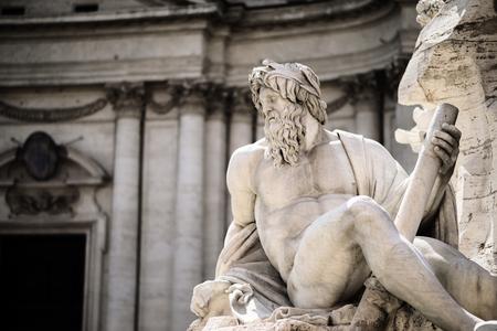 escultura romana: Estatua de Zeus en Fountain, Piazza Navona, Roma, Italia