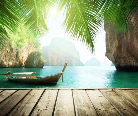Adaman zee en houten boot in Thailand Stockfoto
