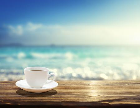 Mar y taza de café Foto de archivo - 51293870