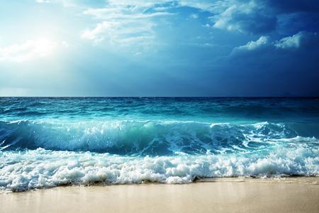 セイシェルのビーチで波 写真素材 - 53537624