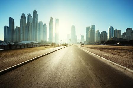 estrada em Dubai, Emirados Árabes Unidos Foto de archivo