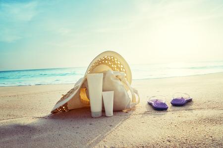 Sun Lotion, Hut mit Tasche am tropischen Strand