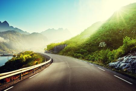 道路や霧、ロフォーテン諸島ノルウェー