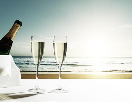 acqua bicchiere: Champaign occhiali e il tramonto sulla spiaggia di Seychelles