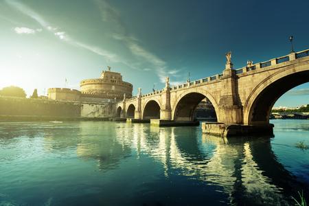 Castillo de Sant Angelo y puente en la puesta del sol, Roma, Italia Editorial