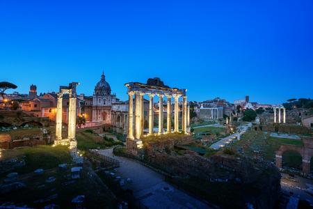 romana: Foro Romano en Roma al atardecer, Italia