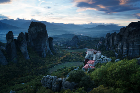 monasteri: Meteora monasteries after sunset, Greece