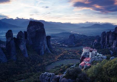 monasteri: monasteri di Meteora dopo il tramonto, Grecia Archivio Fotografico