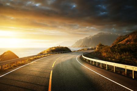 OAD przez morze w czasie wschodu słońca, Lofoty wyspy, Norwegia