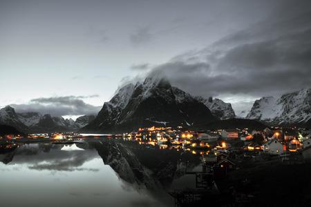 Puesta de sol en Reine Village, Islas Lofoten, Noruega Foto de archivo - 67621291