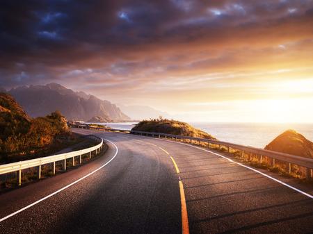 Oad par la mer dans le temps du lever du soleil, île Lofoten, Norvège Banque d'images - 67818798