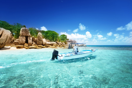 ココ島、セイシェルのビーチでスピード ボート