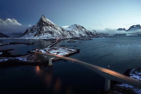 Olstind Mount en bruggen, luchtfoto. Lofoten, Noorwegen