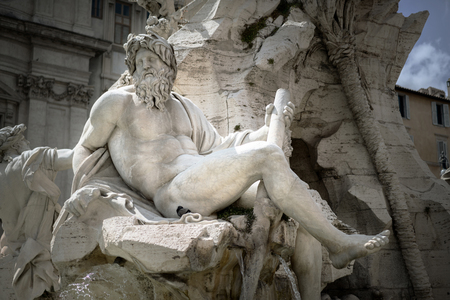 ナヴォーナ広場、ローマの 4 つの河川のベルニーニの噴水でゼウスの像