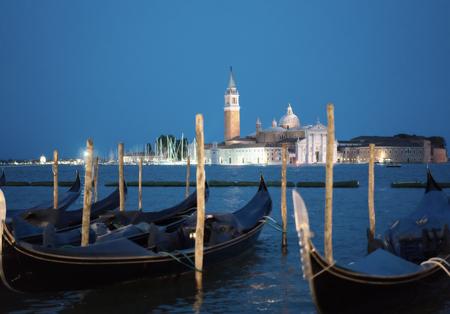 Gondolale 's nachts en de kerk van San Giorgio Maggiore, Piazza San Marco, Venetië, Italië Stockfoto