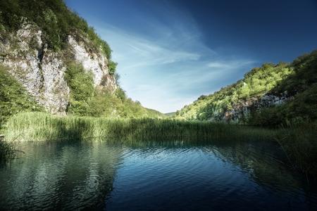 크로아티아, Plitvice의 숲에있는 호수 스톡 콘텐츠