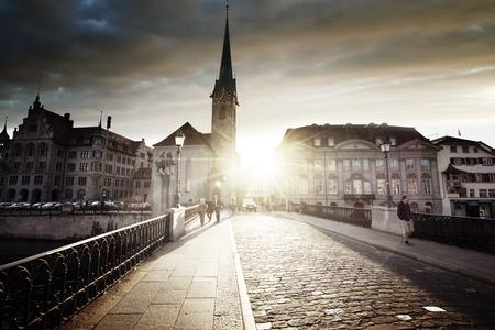 Centre-ville de Zurich avec la célèbre église Fraumünster, Suisse Banque d'images - 90623212
