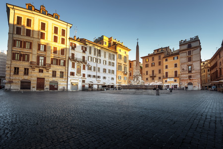 パンテオン、ローマ、イタリアの近くの広場と噴水