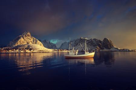 낚시 보트와 Reine 마을, Lofoten 제도, 노르웨이