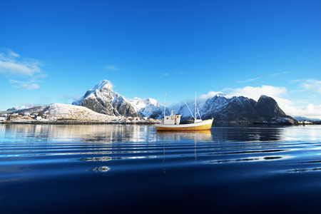 fishing boat and Reine Village, Lofoten Islands, Norway Banque d'images