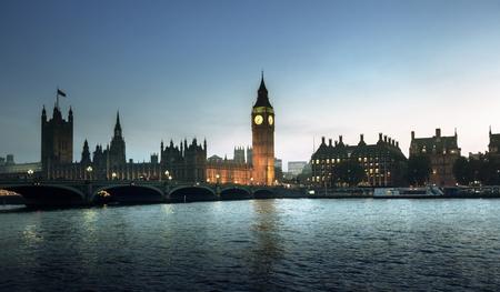 日没時のビッグベンとウェストミンスター、ロンドン、英国