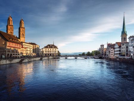 有名なフラウムンスター、グロスミュンスター、サンピエトロ川、リマット川、スイスのチューリッヒ市内中心部 写真素材