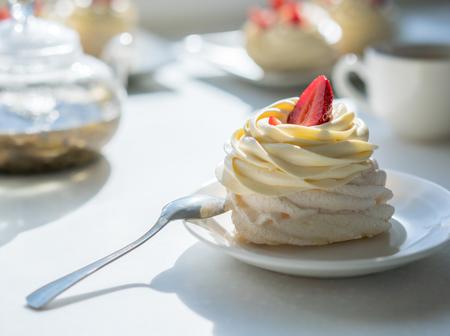 homemade cream cake on table in sunny room, tea party Banco de Imagens