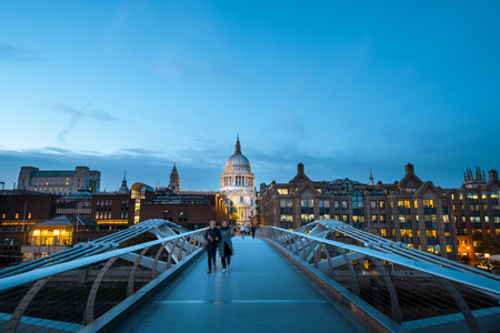 Millenium Bridge, with St. Paul's Cathedral, UK 免版税图像