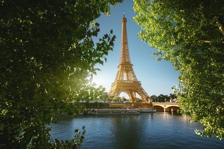 Sekwana w Paryżu z wieżą Eiffla