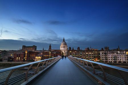 Millenium Bridge, with St. Paul's Cathedral, UK 免版税图像