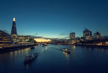 tramonto a Londra, fiume Tamigi dal Tower Bridge, UK
