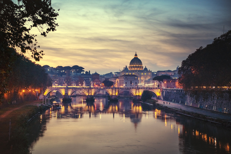 Tiber and St Peter Basilica in Vatican Stockfoto