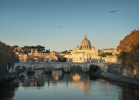 Tevere e Basilica di San Pietro in Vaticano, ora dell'alba