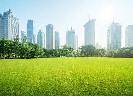 中国、上海の陸家嘴金融センターの公園
