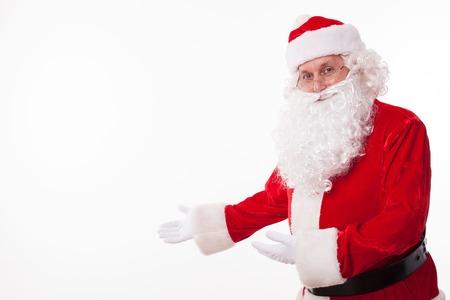 invitando: Viejo Papá Noel está invitando a todos a celebrar el Año Nuevo con él. Él es un gesto y una sonrisa. El hombre está mirando a la cámara con anticipación. espacio aislado y la copia en el lado izquierdo Foto de archivo