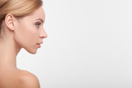 nackt: Close up von attraktiven M�dchen im Profil. Sie freut sich mit Zuversicht entgegen. Ihre Schultern sind nackt. Isoliert und Kopie Raum auf der rechten Seite