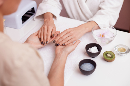 massage: Gros plan des mains de jeune femme obtenant un massage des mains au spa. Banque d'images
