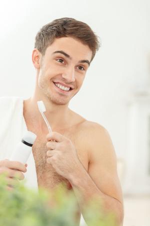 mann putzt nackt