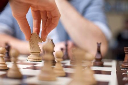 chess: Cerca de las manos del hombre joven y una mujer jugando al ajedrez. Están sentados uno frente al otro Foto de archivo