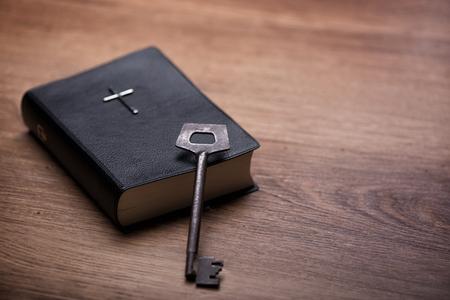 テーブルの上のケアでは、聖書のクローズ アップ。この文献は新しい生命のキー